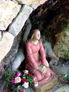 Selon une vénérable tradition, sainte Marie-Madeleine aurait débarqué avec Marthe et Lazare, Maximin et d'autres compagnons aux Sainte Marie de la Mer près de Marseille. Pendant trois ans Marie-Madeleine annonce l'Evangile à Marseille où Lazare devient le premier évêque. Comme elle fut le premier apôtre de la Résurrection, elle le fut aussi de la Fille aînée de l'Eglise. Elle continuera sa mission comme recluse, dans une grotte, sur la montagne de la Sainte-Baume près d'Aix. Après trente années de vie solitaire et contemplative, elle rend son âme à Dieu après avoir reçu la communion des mains de l'évêque d'Aix, saint Maximin.