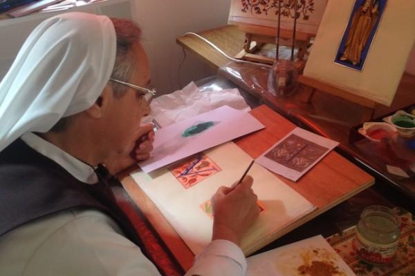 Sr Claire de Jésus à son atelier d'enluminure
